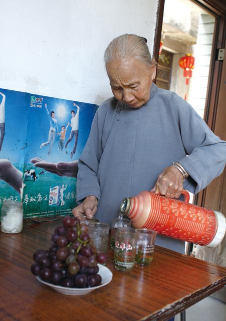 108岁周金莲老人亲手泡茶
