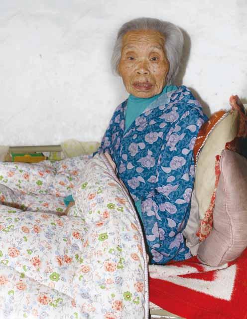 虽卧床不起,但心态良好的108岁老人吴椤英