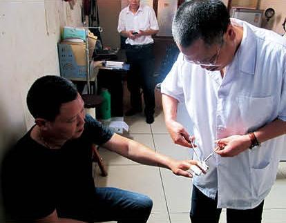 陈基海在为患者换药