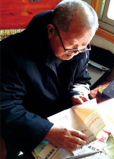 王大文签名盖章向来访者赠送《中医痘科皮肤病诊疗》