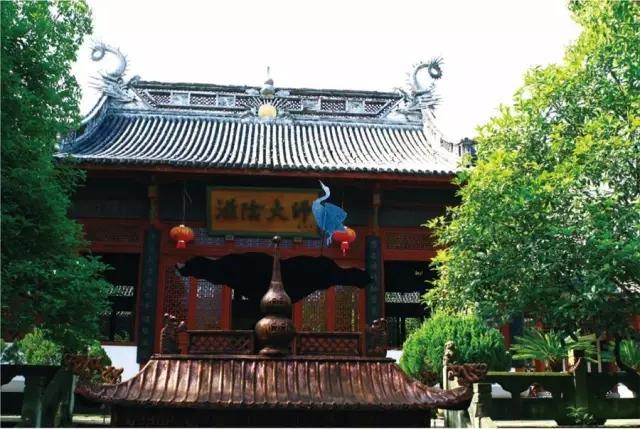 在以滋阴大师为牌匾的纪念馆外,悬挂着代表延年的仙鹤