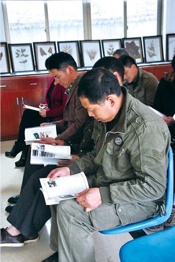 学会成员在翻阅《学会中医》杂志