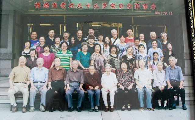 傅奶奶与家人合影