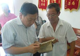 肖鲁伟会长(左)查阅章济平临证用药医案记录