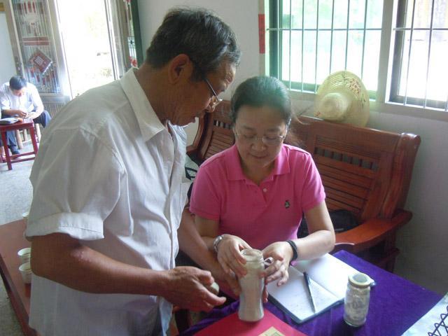 章瑞芝向王晓鸣秘书长(右)介绍祖传散剂药