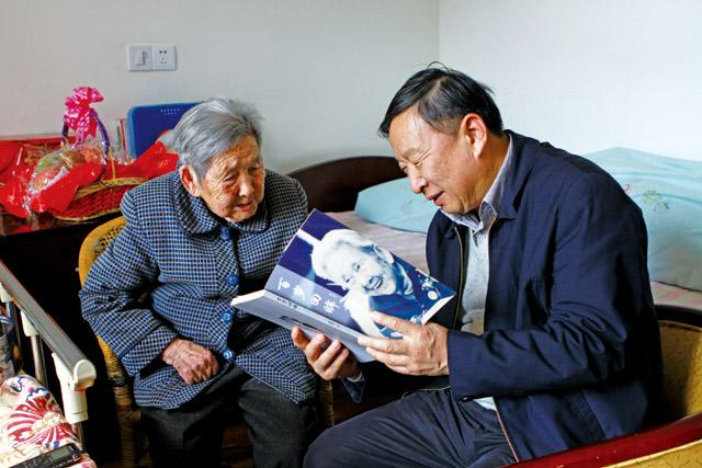 傅梅生老人向我们展示她的自传——《百岁回眸》