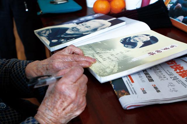傅奶奶在赠与我们的自传中签上了自己的名字