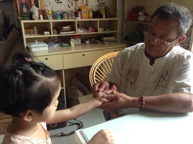 章瑞芝对患儿察指纹切诊