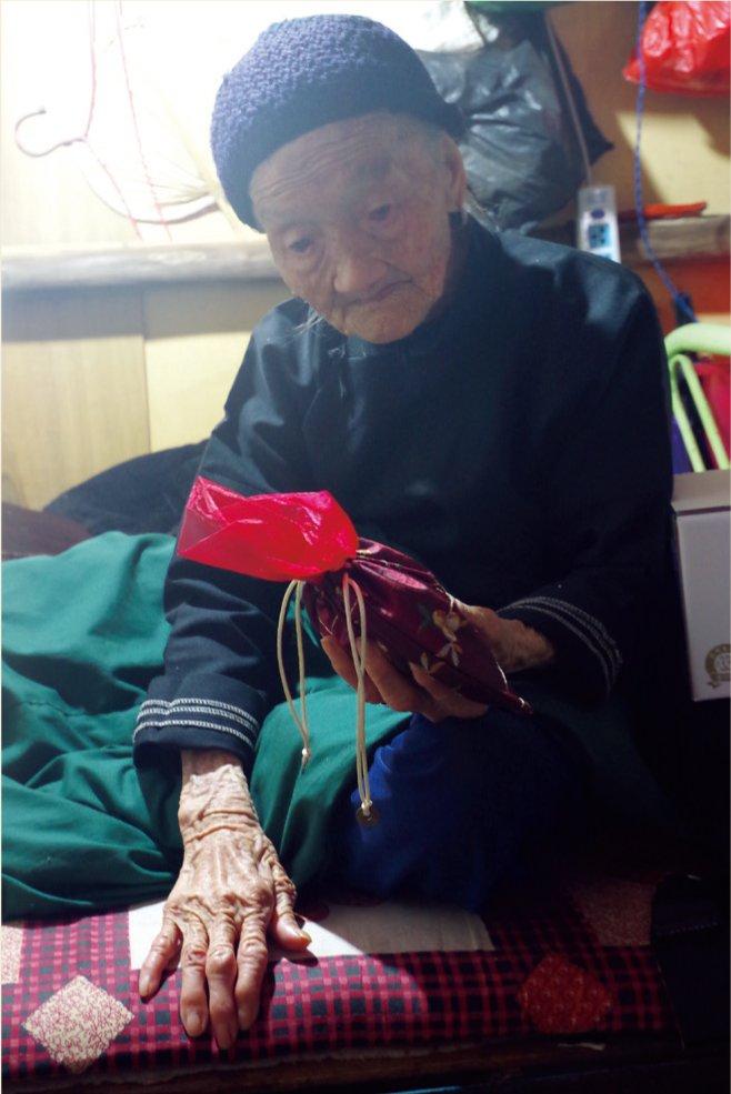 郑爱娥看着我们送上的端午节香囊