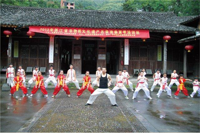吴守武在2013年浙江省非物质文化遗产名录南拳夏季培训班上传授南拳套路