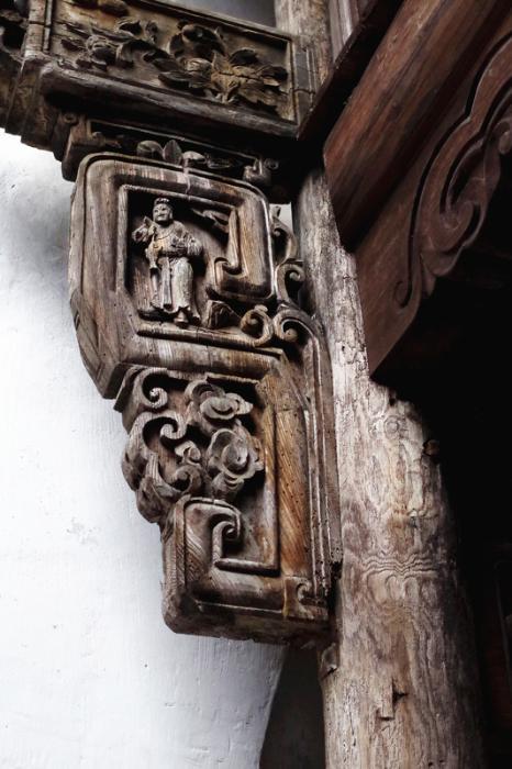 管理用房柱梁上的精美雕饰