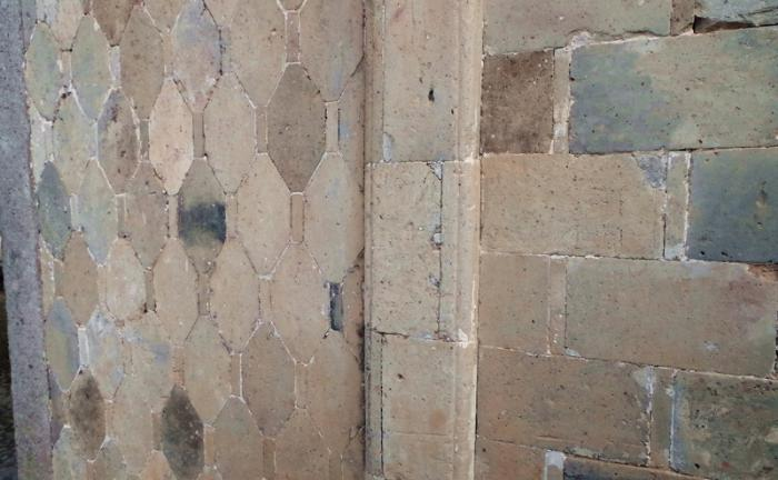左为水磨八角青砖