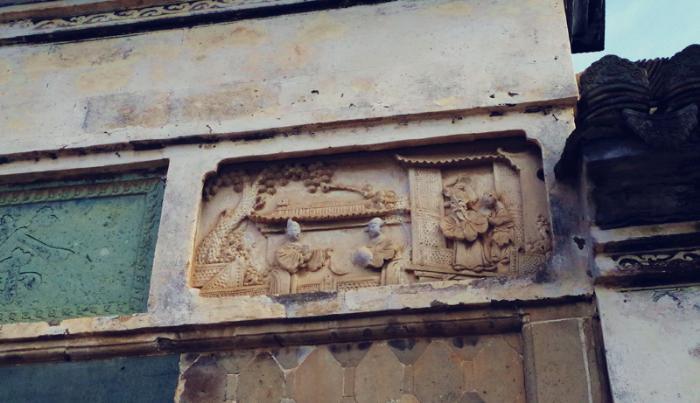 主脊檐饰石刻壁画