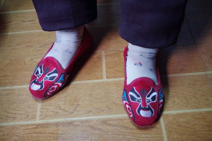 老人的绣花布鞋