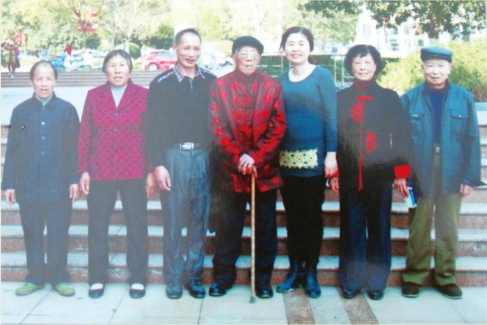 陈宫明与家人合影