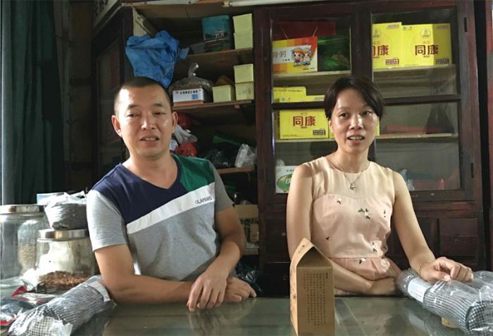 第四代传人雷仕胜和妻子刘海芬
