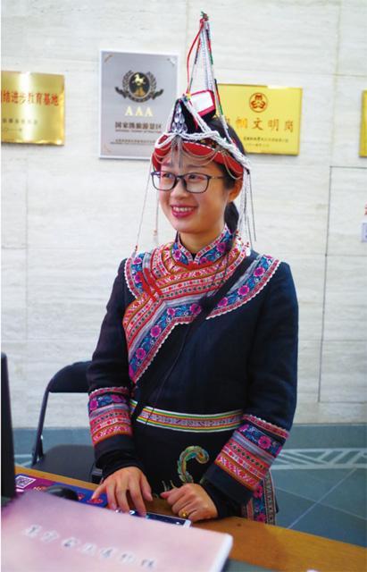 大厅穿畲族服饰的小姑娘