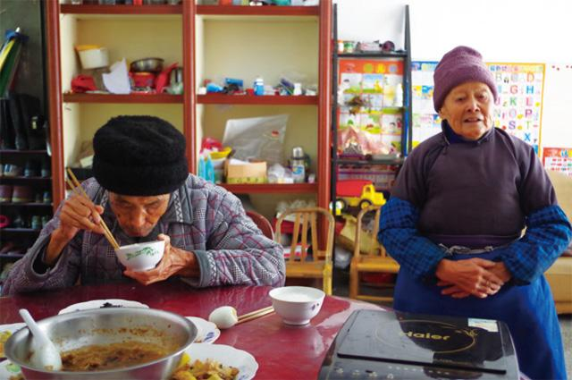 """张宝隆吃饭时,老伴刘燕菊就站一边""""监督"""""""
