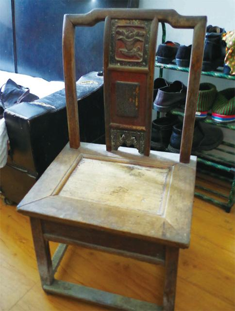 房间的雕花官帽椅