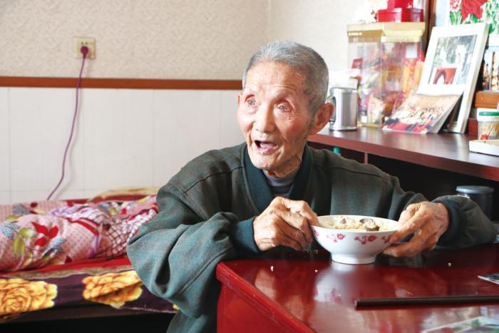 看到中饭是自己喜欢吃的,老人眼睛都亮了