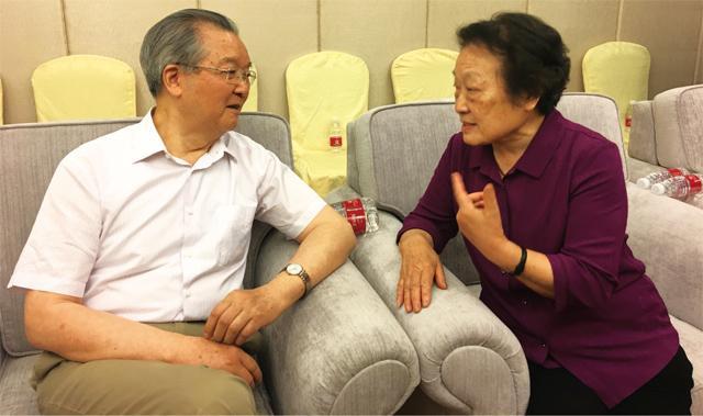 国医大师葛琳仪与中国妇幼保健协会终身荣誉会长张文康交谈中医教育与中医临床