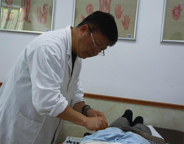 骆建民医师为病人针灸