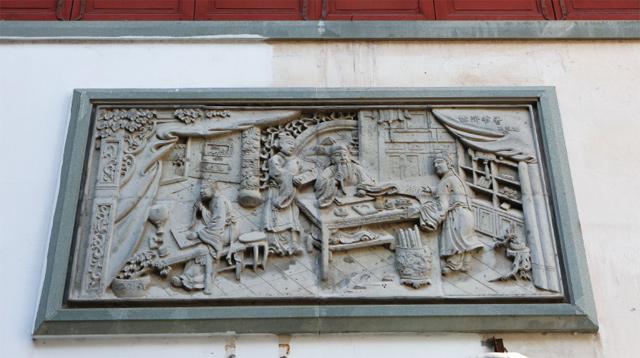 镶嵌在外墙的砖雕