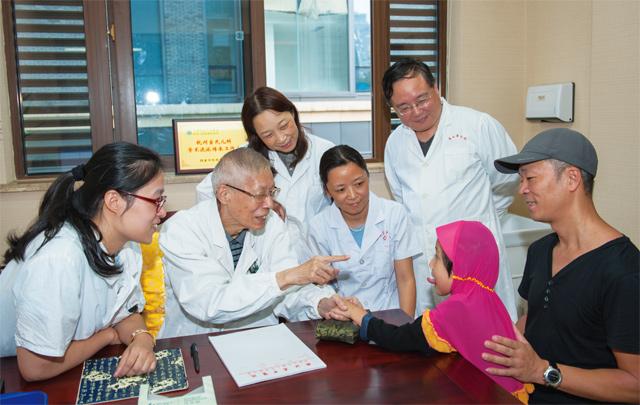 宣桂琪和小病人在一起