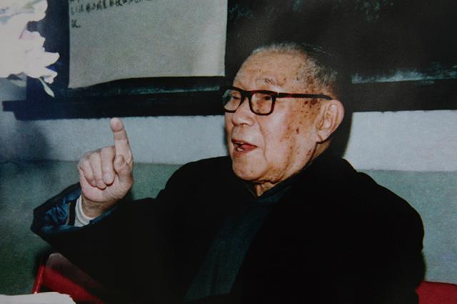 董廷瑶教授任上海中医文献馆首任馆长,创办《杏苑》杂志,开办上海中医研究班