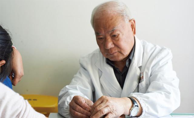 劳建民为病人针灸