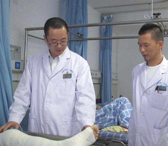 蔡水奇(左一)在指导学生