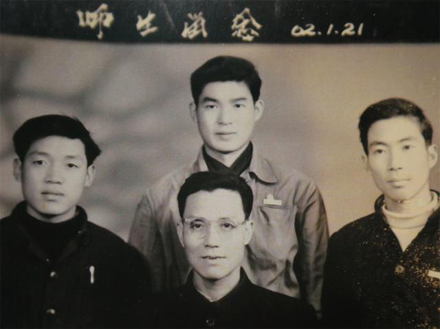 宁波中医甲班学生与老师合影,左一为张子久,中为张沛虬